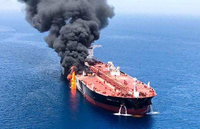De olietankers werden zwaar geraakt. Wereldwijd groeit de ongerustheid over een escalatie van het conflict tussen de Verenigde Staten en Iran.