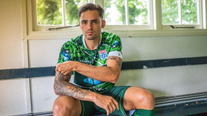 Verdediger Sam Kersten in het nieuwe uitshirt van PEC Zwolle dat op vrijdag social media voor een hoop reacties heeft gezorgd.