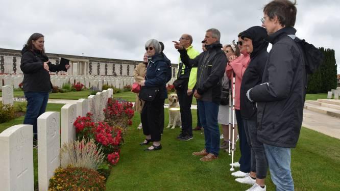 """Blinden krijgen op Open Monumentendag rondleiding op Tyne Cot Cemetery: """"Ook zonder zicht kun je ervaren hoe mooi het hier is"""""""
