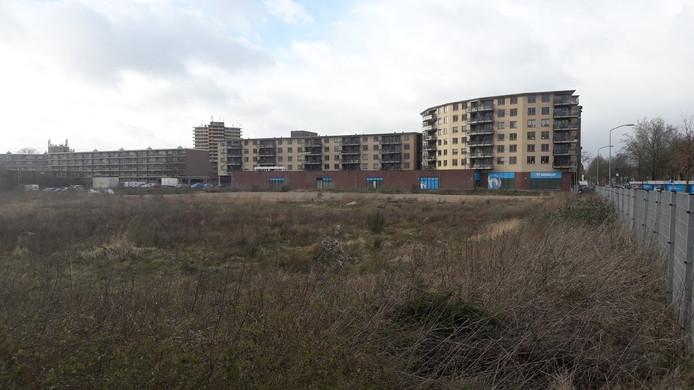 Het braakliggende van Compotex, op de achtergrond appartementencomplex De Arc