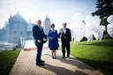 Prof. mr. Pieter van Vollenhoven samen met Hans en Monique Melchers tijdens de opening van de MORE-locatie in kasteel Huize Ruurlo.