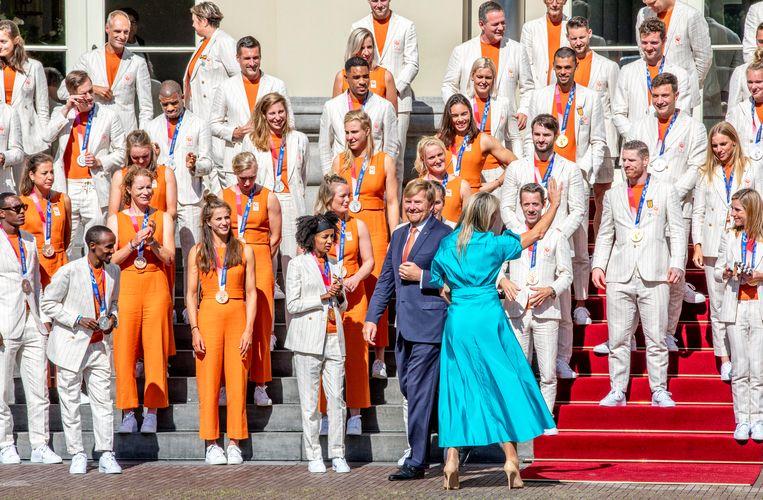 De medaillewinnaars worden ontvangen door de koning en de koningin op de trappen van Paleis Noordeinde.  Beeld Raymond Rutting / de Volkskrant