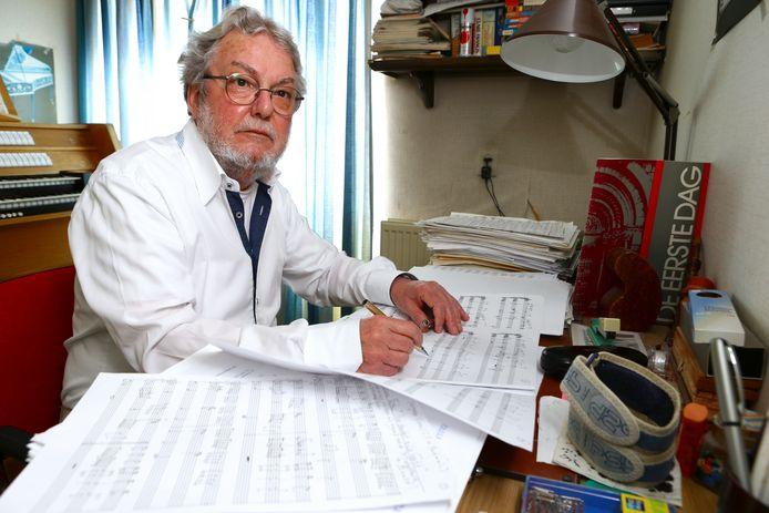 Cees van Ooyen achter zijn bureau op de componeerkamer.