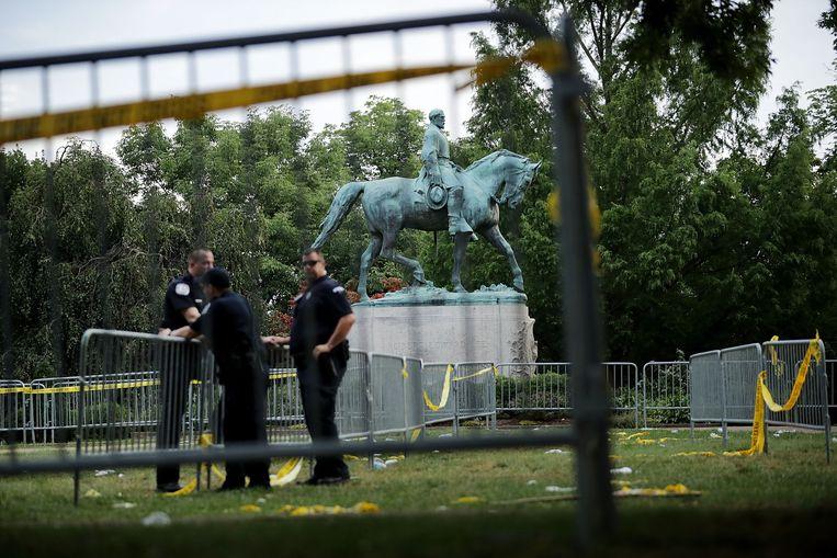 Het standbeeld van de generaal Robert E. Lee. Alles begon met de geplande verwijdering van deze held van zuidelijk blank. Beeld AFP