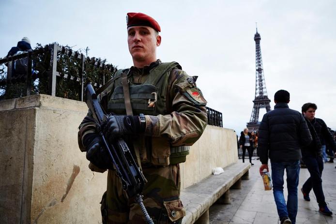 Een Franse soldaat tijdens de noodtoestand na de aanslagen in Parijs