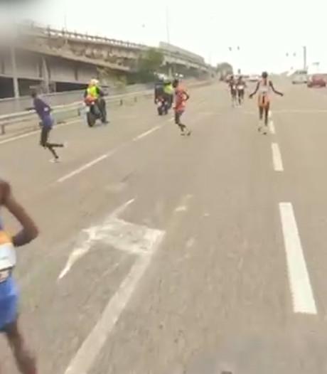 Oops! Motorrijder stuurt atleten verkeerde kant op