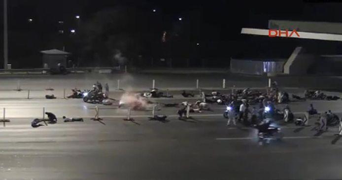 Demonstranten worden onder vuur genomen op de Bosporusbrug.