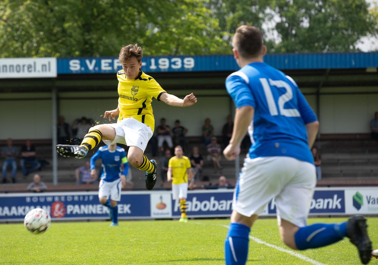Robin Pansier houdt stijlvol controle over de bal, maar de aanvaller krijgt met SV Zwolle wel een enorme nederlaag te verwerken in Epe: 9-1.
