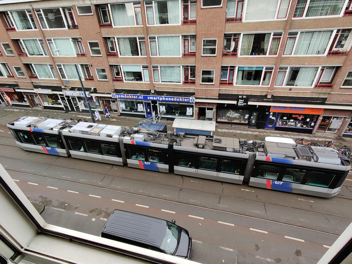 Waar de ene helft van het tramdak brandschoon is, geldt dat niet voor de andere helft.