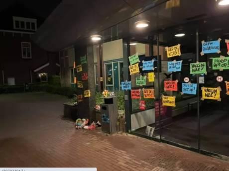 Stadhuis Geertruidenberg volgeplakt met protestkreten tegen coronamaatregelen