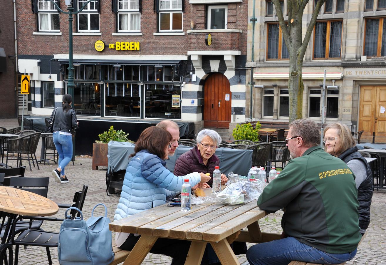 Toeristen in de Dordtse binnenstad maken er zelf maar het beste van.