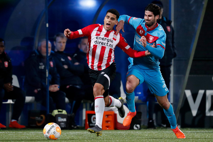 Zakaria Aboukhlal wordt onreglementair gestuit door FC Twente-verdediger Nacho, die daarvoor de gele kaart zou krijgen.
