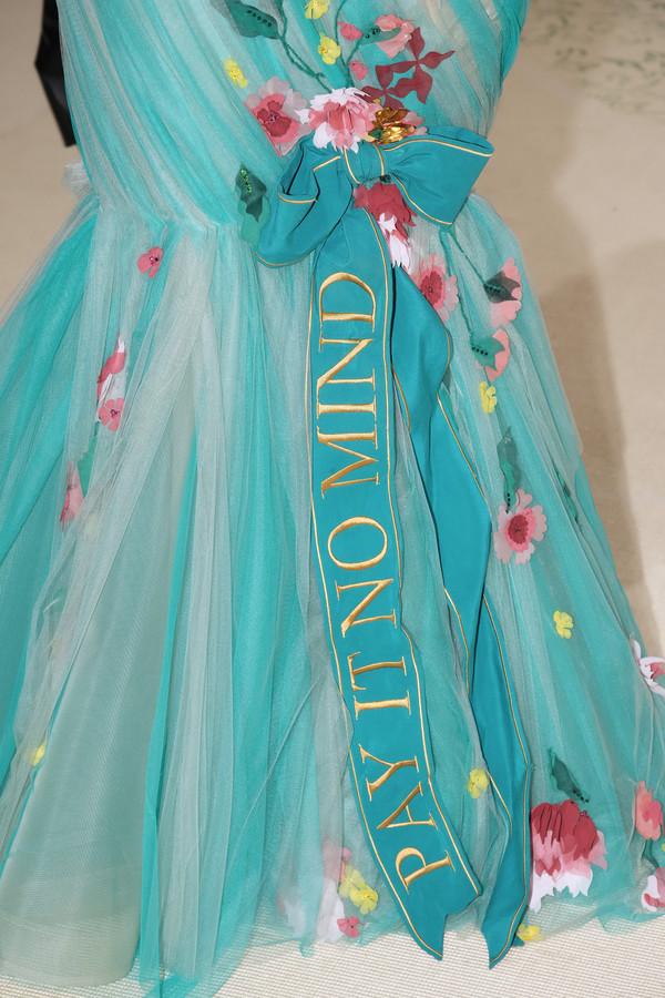 Het opvallende lint met 'Play it no mind' op de jurk van Nikkie de Jager.
