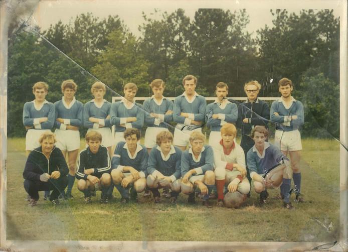 Het eerste elftal van FC de Rakt uit de prille begintijd, eindjaren zestig.