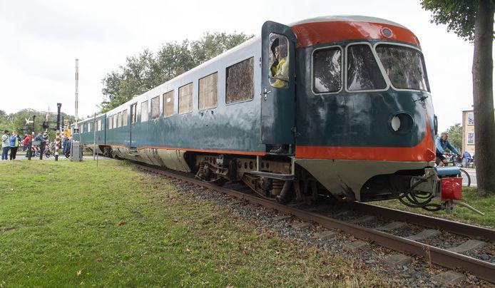 Vrijwilligers van het spoorfietsen laten de Blauwe Engel, een trein uit de jaren 50, verslepen naar Twekkelo, een halte van het spoorfietsen.