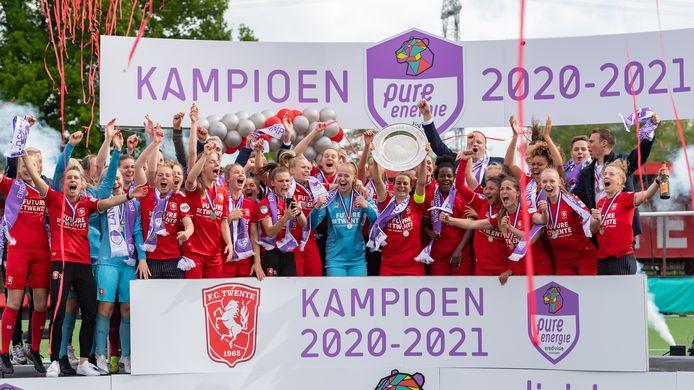 De schaal gaat omhoog: FC Twente is weer kampioen van Nederland.