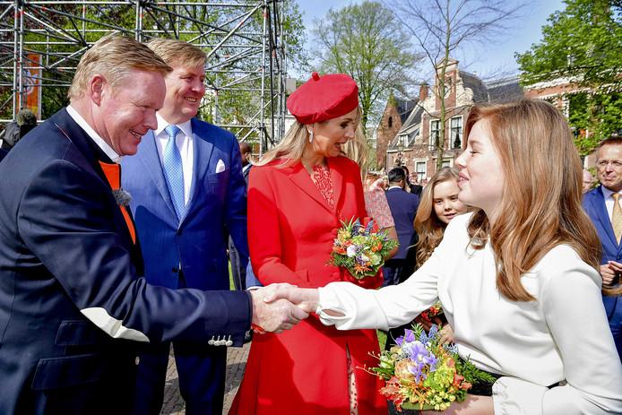 Ronald Koeman heet koning Willem-Alexander, koningin Máxima en prinsessen Amalia, Ariane en Alexia welkom in 'zijn' Groningen.