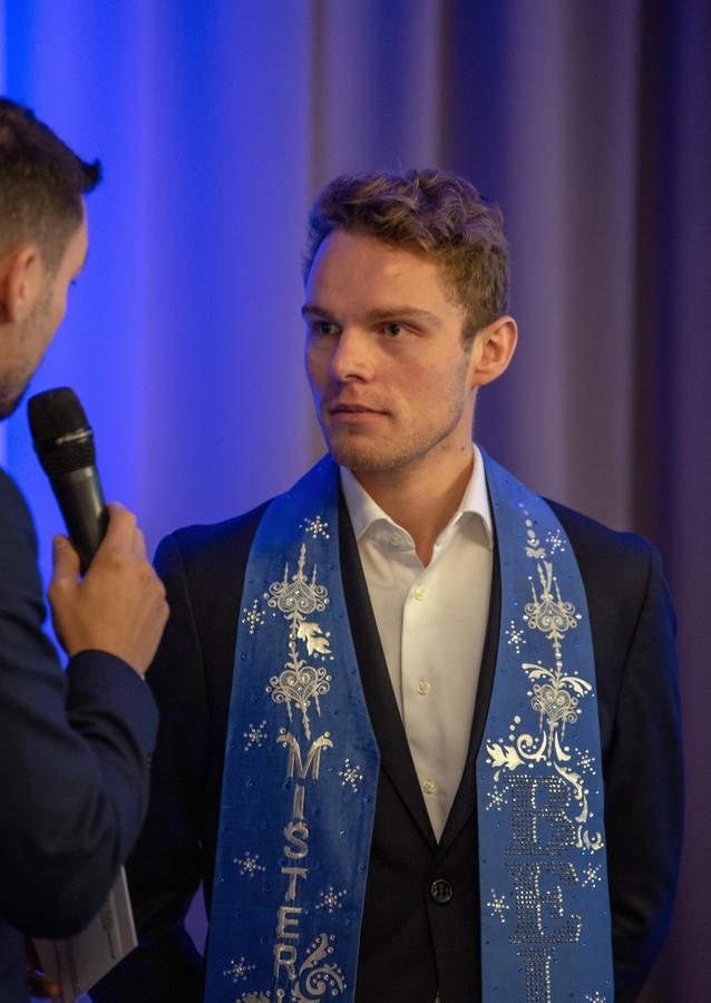 Matthias De Roover werd in 2019 Mister Gay Belgium. Hij wijst met een beschuldigende vinger naar de politiek.