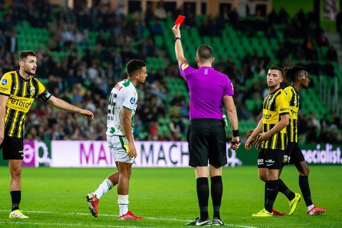 Scheidsrechter Allard Lindhout geeft een rode kaart aan Daniel van Kaam, de tweede van FC Groningen.