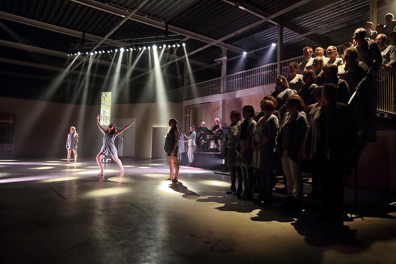 Pptreden van danseressen met koor en muzikale begeleiding tijdens Passion uitvoering in Etten-Leur Foto Chris van Klinken / Pix4Profs
