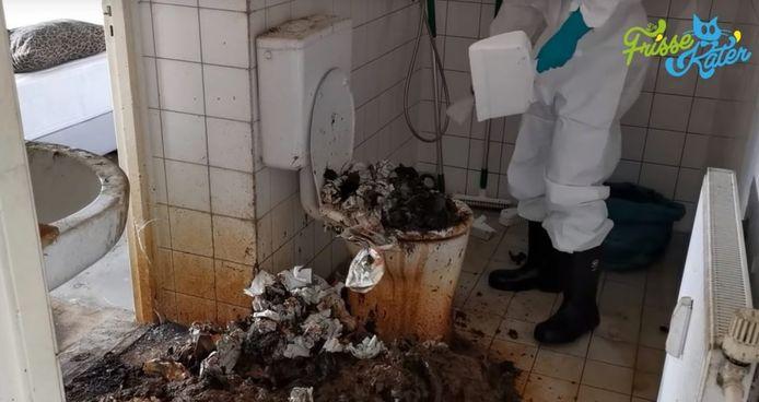 Schoonmaker Tugrul Cirakoglu aan het werk in de zwaar vervuilde badkamer