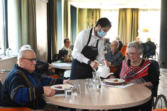 Koos Versteegen en Ria Luijters-Geurts mogen sinds kort weer met andere bewoners van Castella in Cuijk gezellig samen eten in het restaurant van het zorgcentrum.