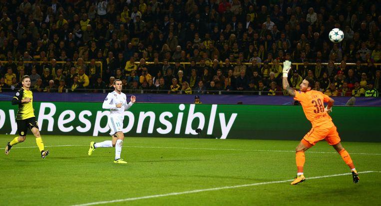 Bale trapt de openingsgoal in het Signal Iduna Park heerlijk binnen. Beeld photo_news