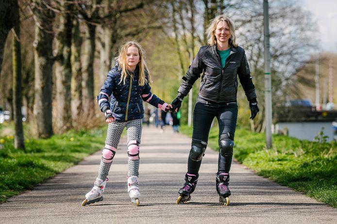 Michelle Hendriks tijdens het skaten met dochter Nova (9).