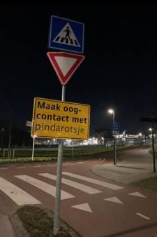 Stadje in de ban van mysterieuze gekke verkeersborden: 'Maak oogcontact met pindarotsje'