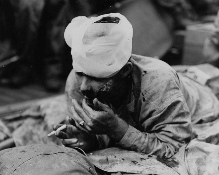 Een marinier van het Amerikaans leger die gewond raakte bij de eerste aanval op Iwo Jima.