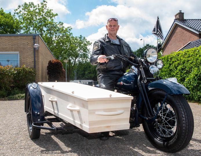 Ron Hoogendijk heeft een Harley met zijspan gekocht. Daarop kan een lijkkist, waardoor het nu een 'rouwharley' is.