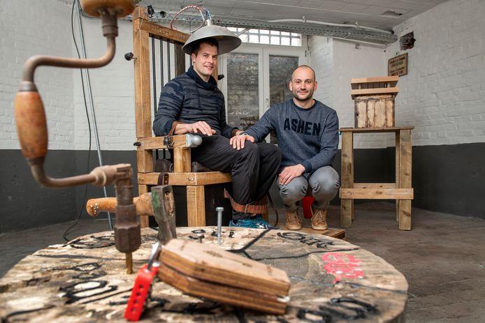 Peter Van Vooren en Fabrice Vandenbogaerde zijn de cipiers in de Izegemse escape room The Game Post, die een gevangenisthema meekreeg, compleet met elektrische stoel.