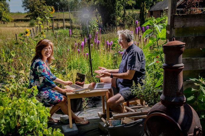 Maggie Feng en Peter Birdsall van Wittenborg University.  Sinds maart besturen ze de particuliere hogeschool in Apeldoorn met name vanuit huis in Terwolde. In de tuin is dat geen straf.