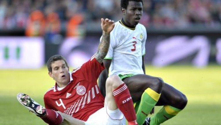 Daniel Agger (L) van Denemarken in duel met Mame Diouf (R) van Senegal. ANP Beeld