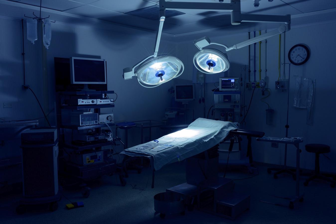 Nu operaties die langer dan zes weken kunnen wachten zijn uitgesteld voor de zorg voor Covid-patiënten hebben specialisten die veel 'snijden', zoals orthopeden, meer tijd voor spreekuren.