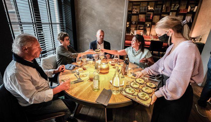 Al meer dan 100 dagen mogen we dit niet meer: gezellig tafelen op restaurant. Terwijl het volgens topchefs best zou kunnen, want zij kunnen heel wat strenge regels opleggen.