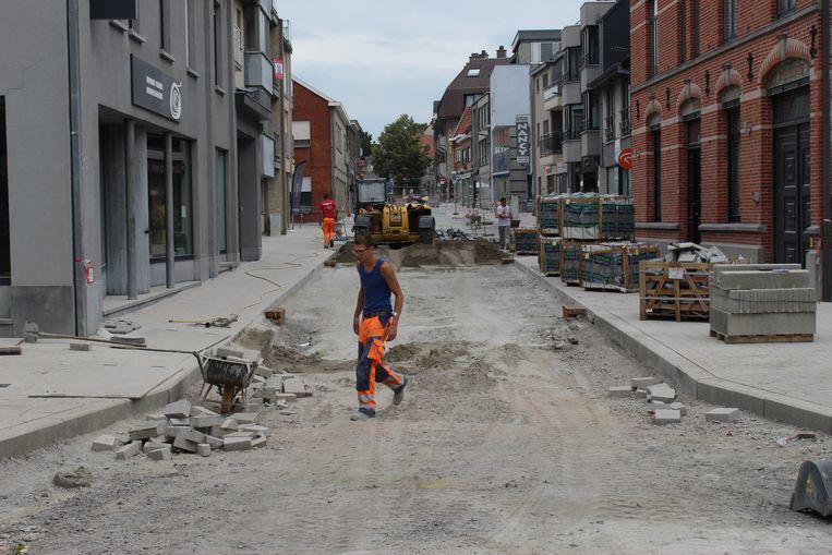 In de Lostraat wordt nu gewerkt ter hoogte van de begrafenisondernemer. Eind volgende week moet de straat er liggen, maar dan moet alles nog uitharden.