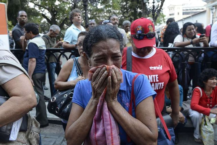 Mensen in Caracas huilen bij het nieuws dat Chávez is overleden. Beeld afp