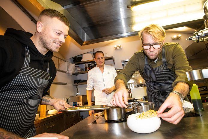 Gers Pardoel en Leo Alkemade kunnen ook uiterst serieus te werk gaan. Onder bezielende leiding van chef-kok Paul Kappé van Monarh kookten ze voor het goede doel.