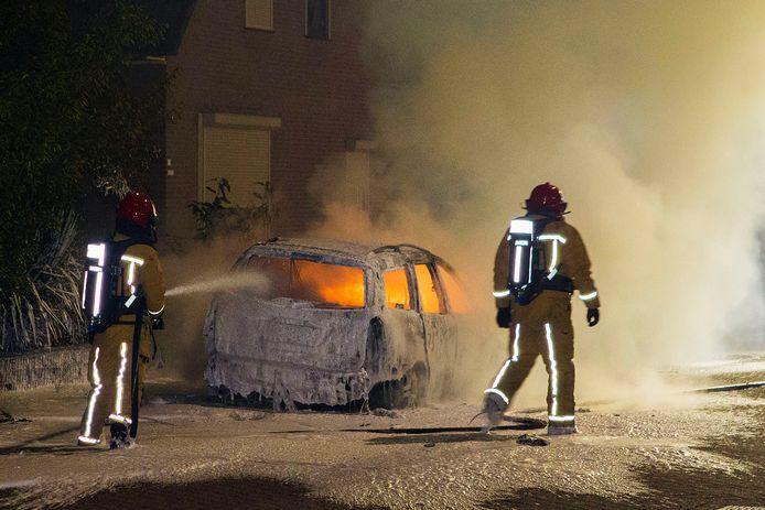 De brandweer kon de auto van Marcel van Bussel niet meer redden.