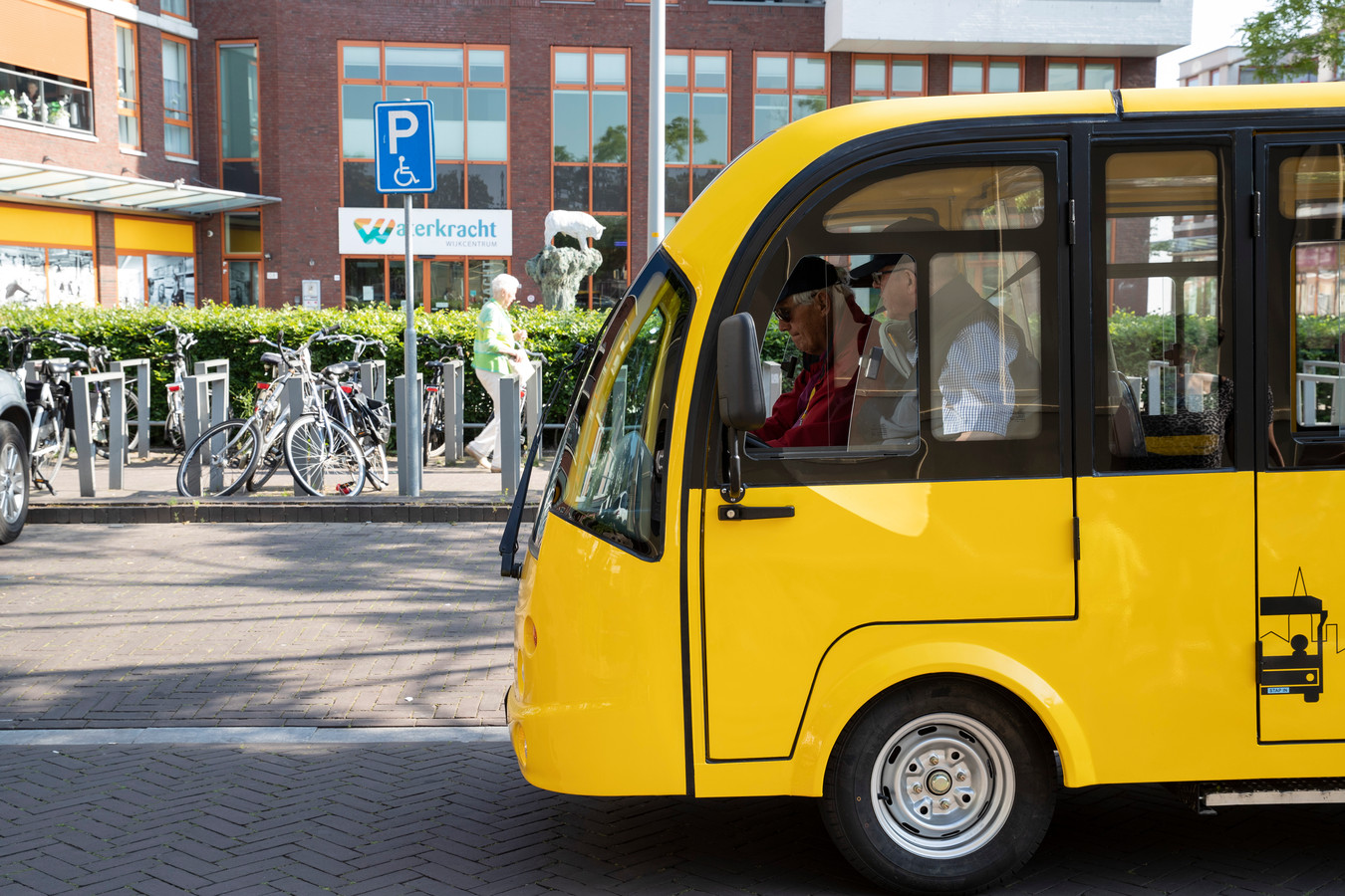 Deze gele elektrische bussen zouden vanaf 2 juli rijden van De Hoven en Warnsveld naar het centrum om eenzame ouderen daar te krijgen. De stap-in-stap-uit bus.