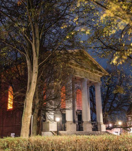 Aandacht voor geweld tegen vrouwen met oranje licht achter de ramen van de Nieuwe Kerk in Zierikzee