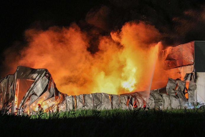 Er is geen houden aan het bedrijfspand op Urk. De brandweer kan er alleen voor zorgen dat het naastgelegen deel van het bedrijf niet ook in brand vliegt.