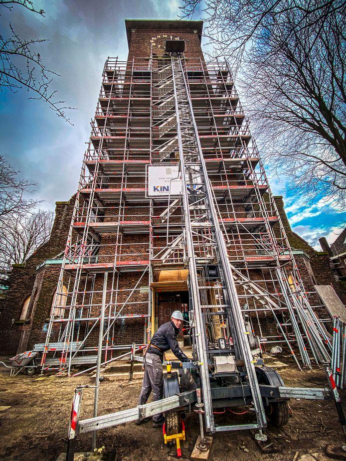 De stompe toren is wat rest van de Sacramentskerk. De kans is groot dat die alsnog wordt bekroond met een spits.