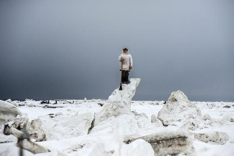 Alaska, Verenigde Staten, Tikigaq (Point Hope), mei 2018. Walvisjager Gordon Omnik staat op de uitkijk voor Groenlandse walvissen. Het steeds vroeger smeltende ijs vormt een bedreiging voor de lokale Inuitbevolking, doordat het de walvisjacht bemoeilijkt. Beeld Kadir van Lohuizen / NOOR