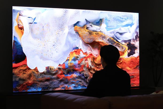 Een bezoeker ziet zijn spaarrekening slinken tijdens de lancering van de 110 inch Micro LED tv van Samsung in Zuid-Korea.