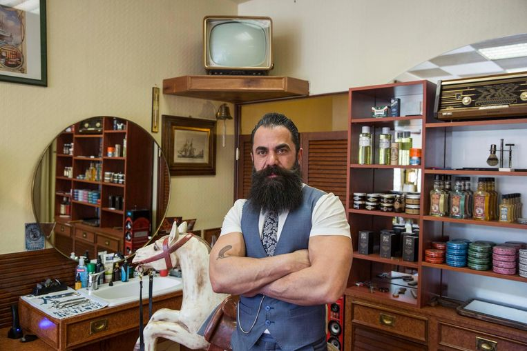 Barbier Cesar in zijn kapperszaak voor heren langs de Nieuwstraat in Genk.