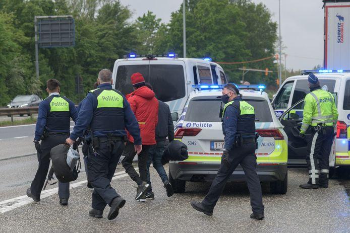 De politie houdt een groep van mogelijke transmigranten aan op de E19. Beeld van eind vorige maand.