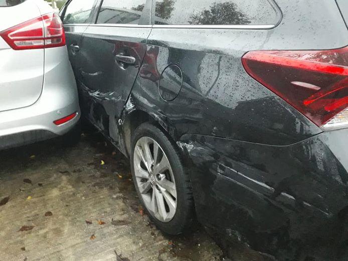 De dronken man beschadigde de volledige linkerflank van de wagen.