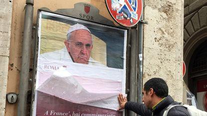 Posters met kritiek op paus Franciscus duiken op in Rome